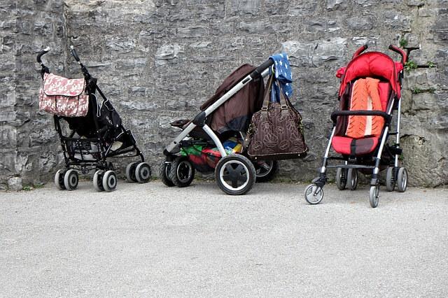 Buggy für Kinder –3 Buggys vor Steinwand