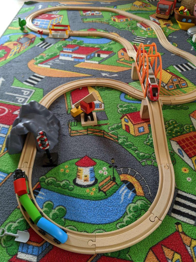 kinderspielzeug-ab-1-jahr-holzeisenbahn
