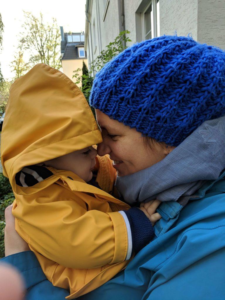 Top 10 Mamablogs in Deutschland – Maren und Hugo kuscheln