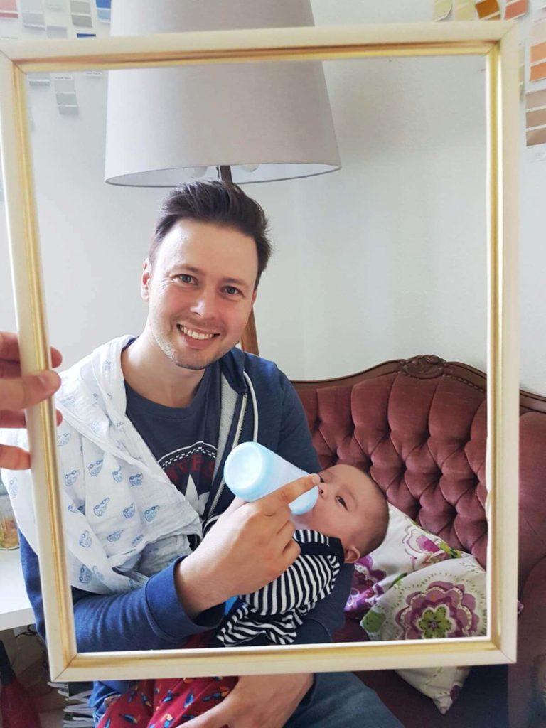 Abstillen –Richard füttert Hugo mit dem Fläschen Folgemilch