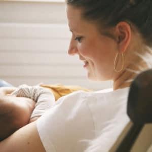 Abstillen – von der Muttermilch zur Folgemilch –Maren mit Hugo auf dem Arm