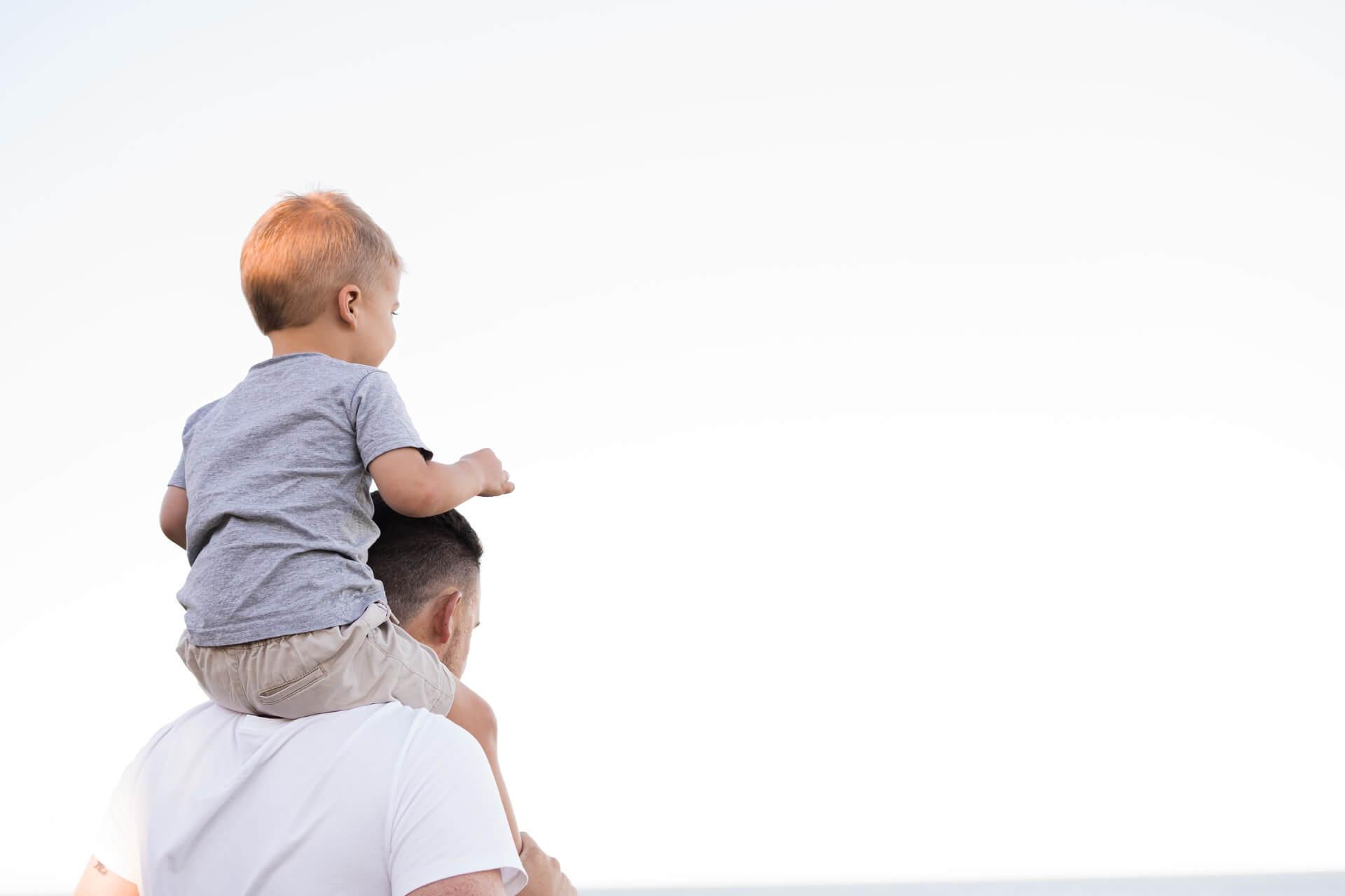 Elternzeit - Header Grafik - Vater mit Sohn auf den Schultern
