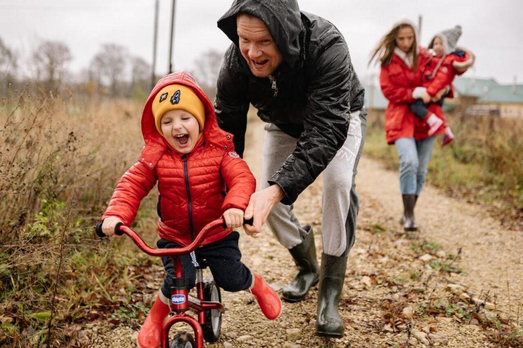 Fahrradfahren lernen - Header Grafik - Vater hilft Kind beim Rad fahren