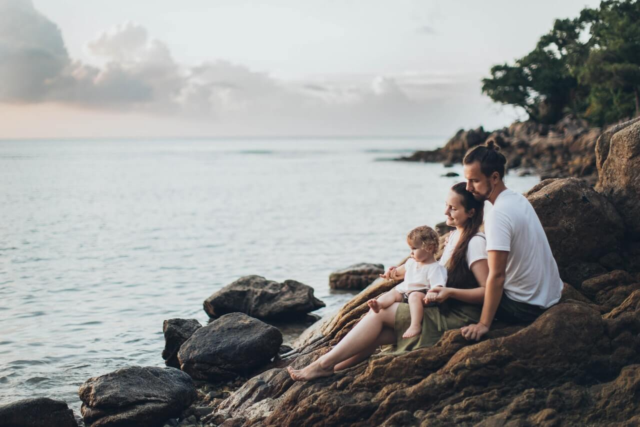 Familienvorsorge Verti – Header Grafik Eltern mit Kind am Meer