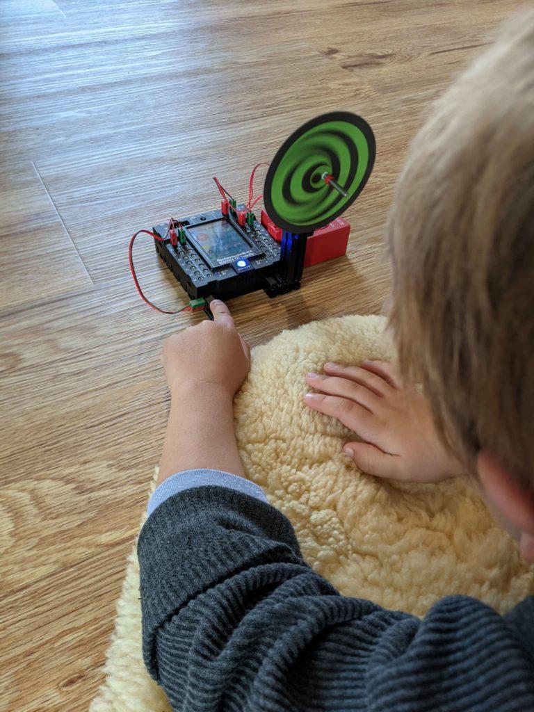 Robotik Kinderspielzeug – Hugo bedient optische Täuschung